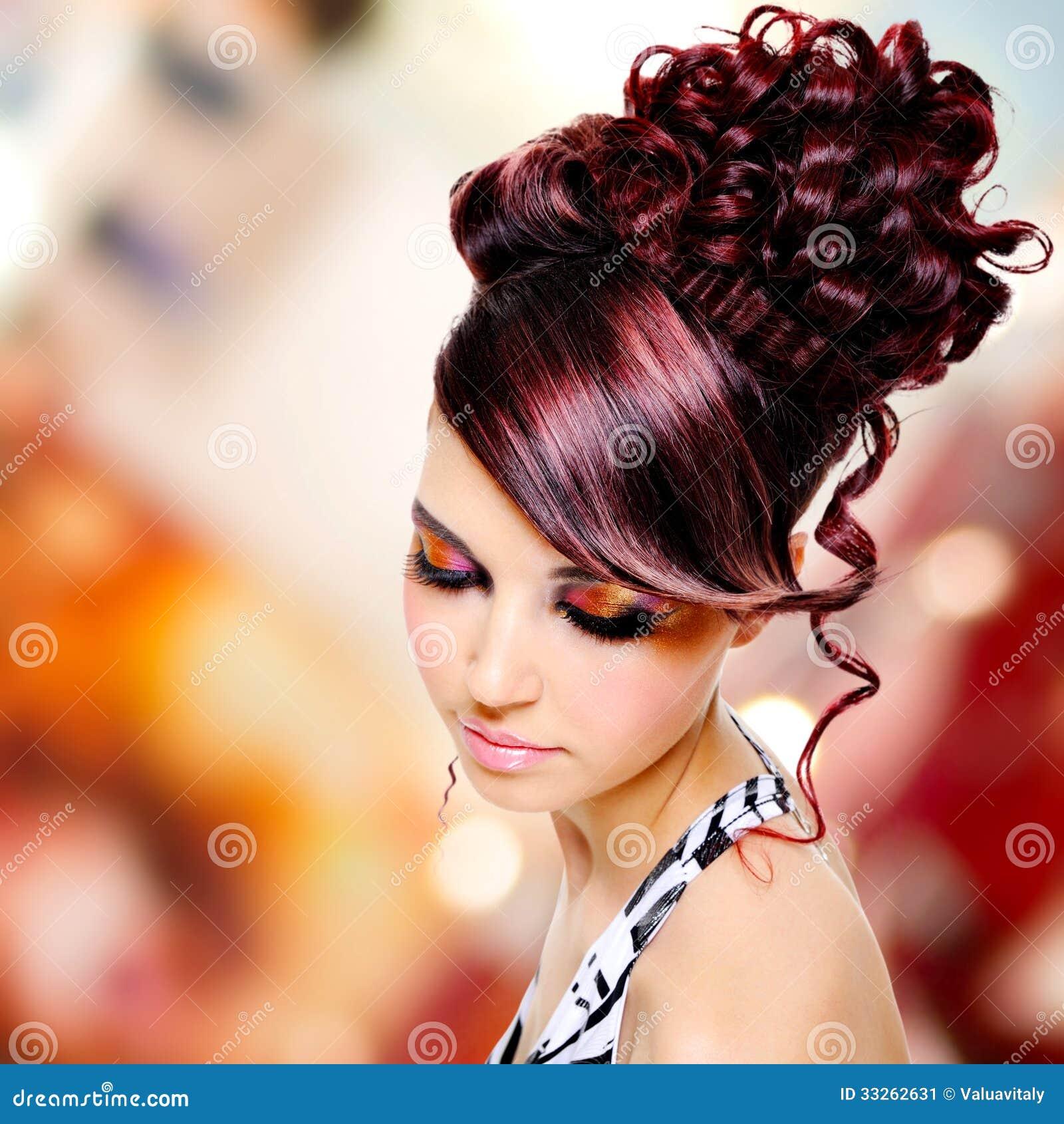 Cara da mulher bonita com penteado da fôrma e makeu do encanto