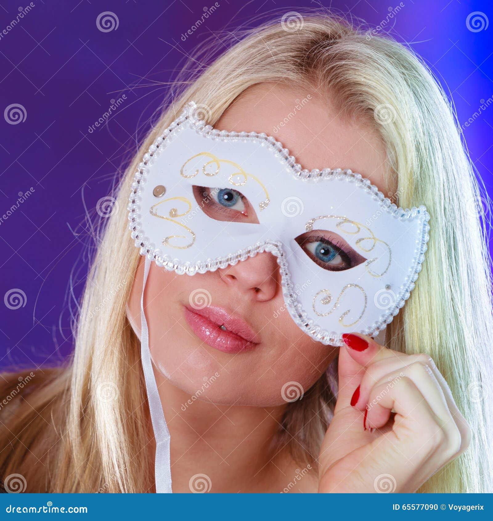 Cara da mulher com máscara do carnaval
