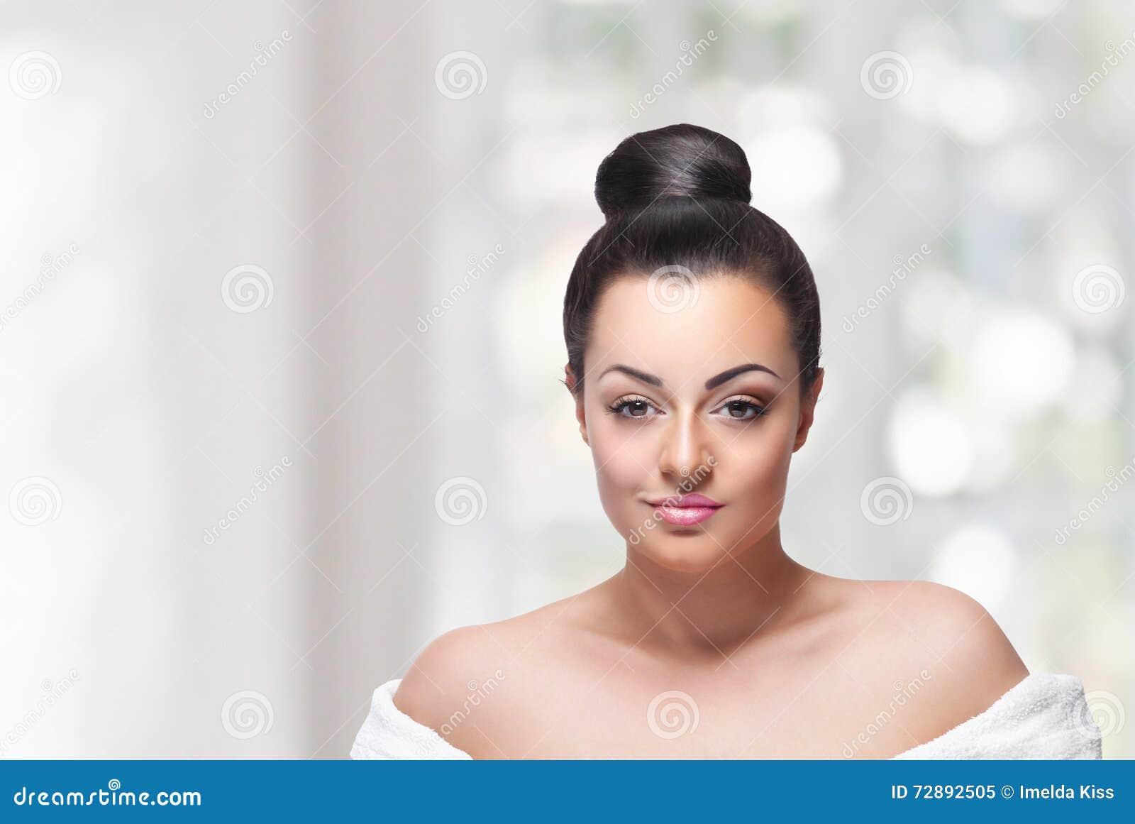 Cara da mulher da beleza com composição parcialmente pronta