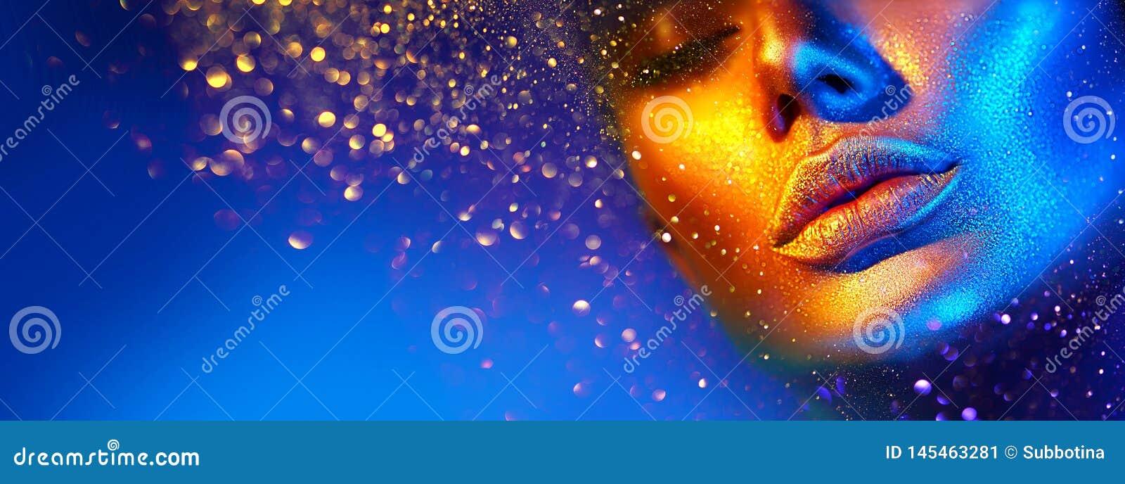 Cara da mulher do modelo de forma em sparkles brilhantes, luzes de n?on coloridas, bordos  sexy  bonitos da menina Pele de incand