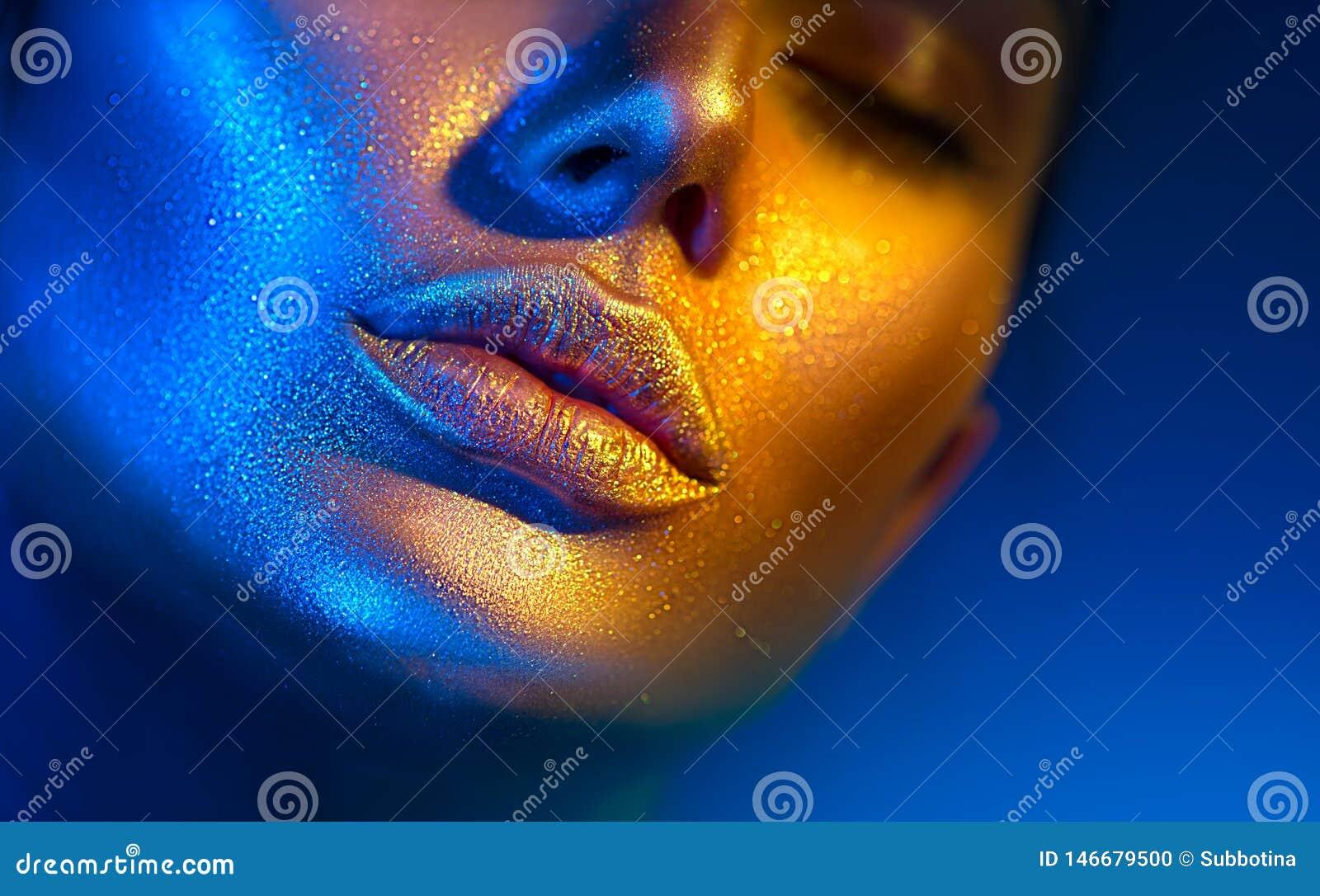 Cara da mulher do modelo de forma em sparkles brilhantes, luzes de n?on coloridas, bordos  sexy  bonitos da menina Composi??o de