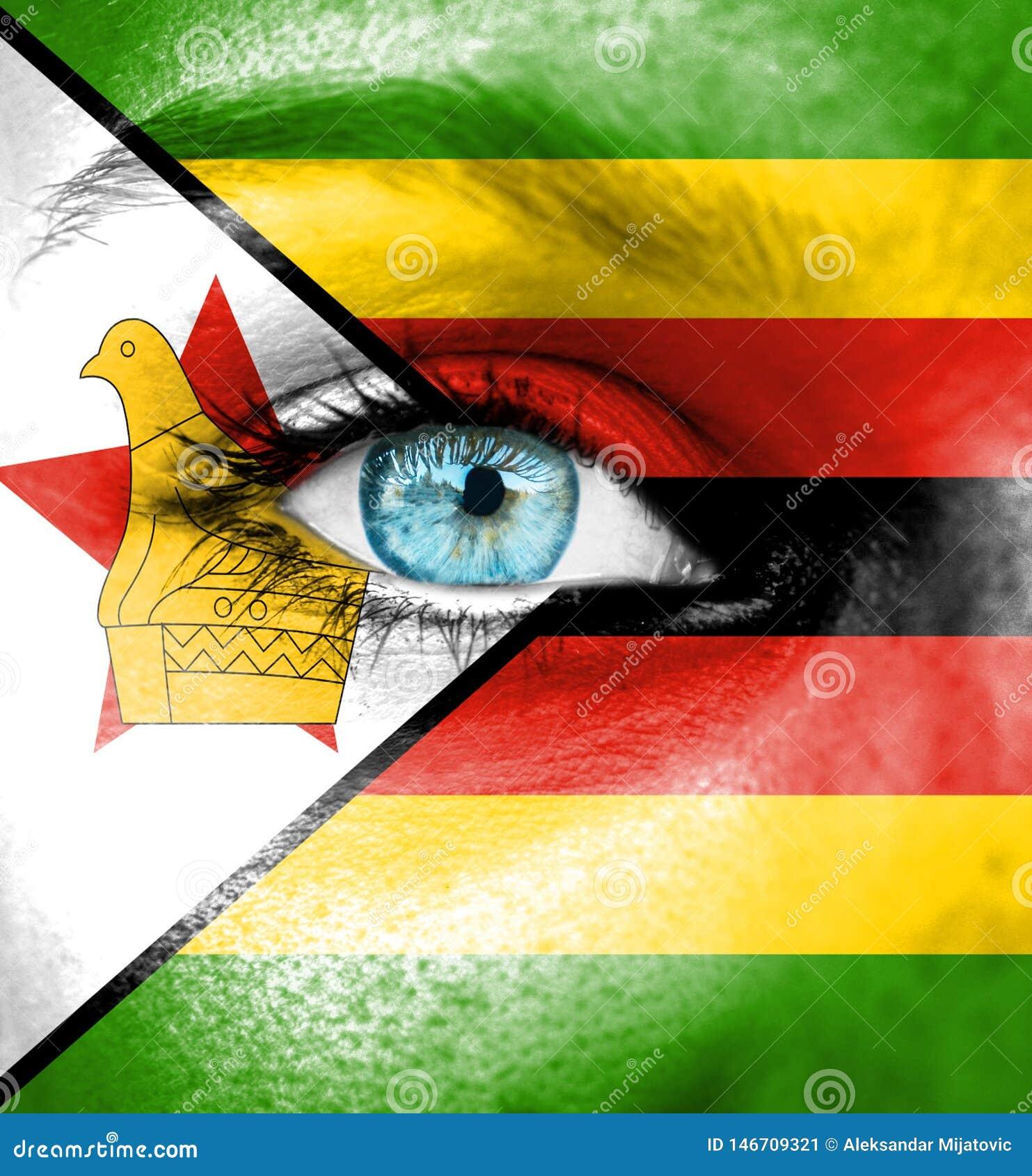 Cara da mulher pintada com a bandeira de Zimbabwe