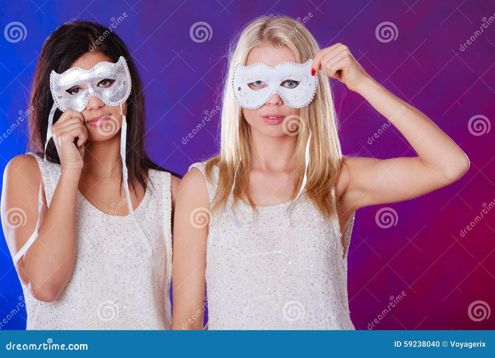 Cara de dos mujeres con las máscaras venecianas del carnaval