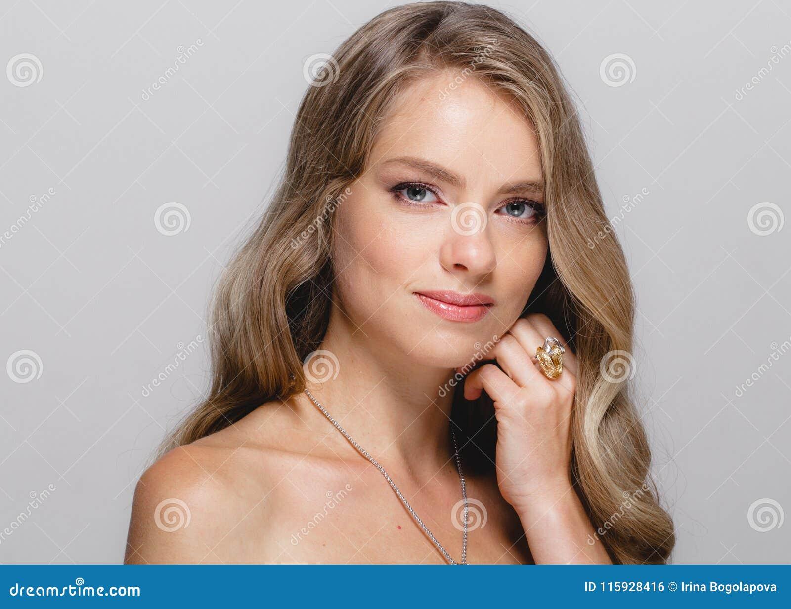 Cara de la belleza de las mujeres Modelo rubio hermoso Girl de la belleza de la mujer con
