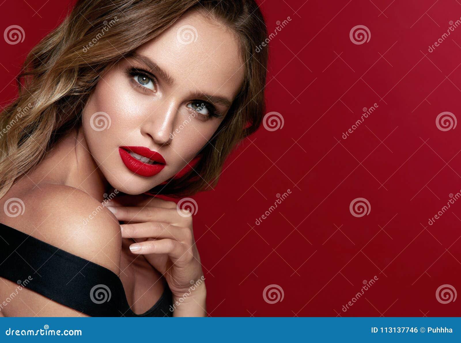Cara de la belleza Mujer hermosa con maquillaje y labios rojos