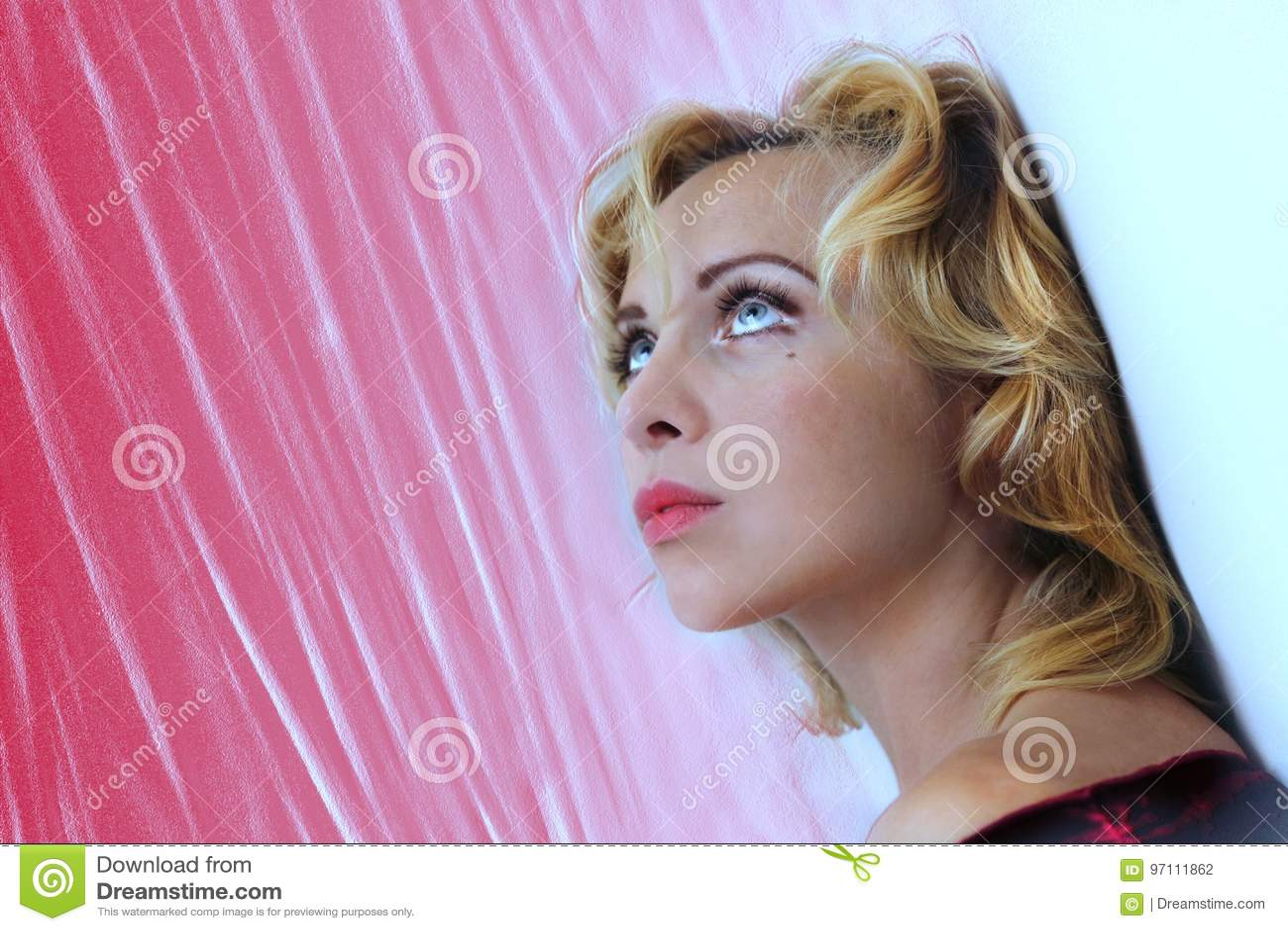 Cara de la muchacha rubia