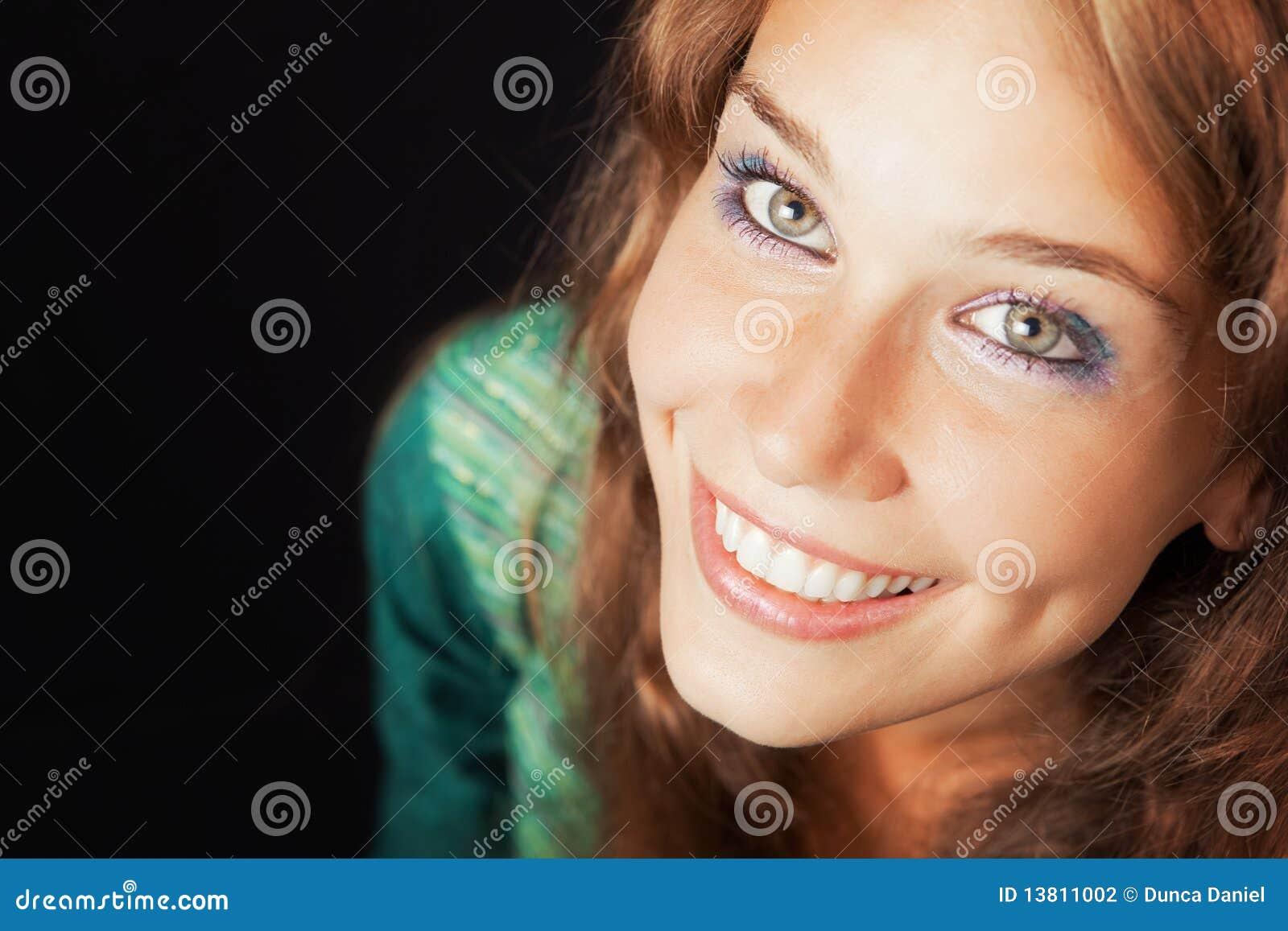 Cara de la mujer cómoda joven alegre feliz