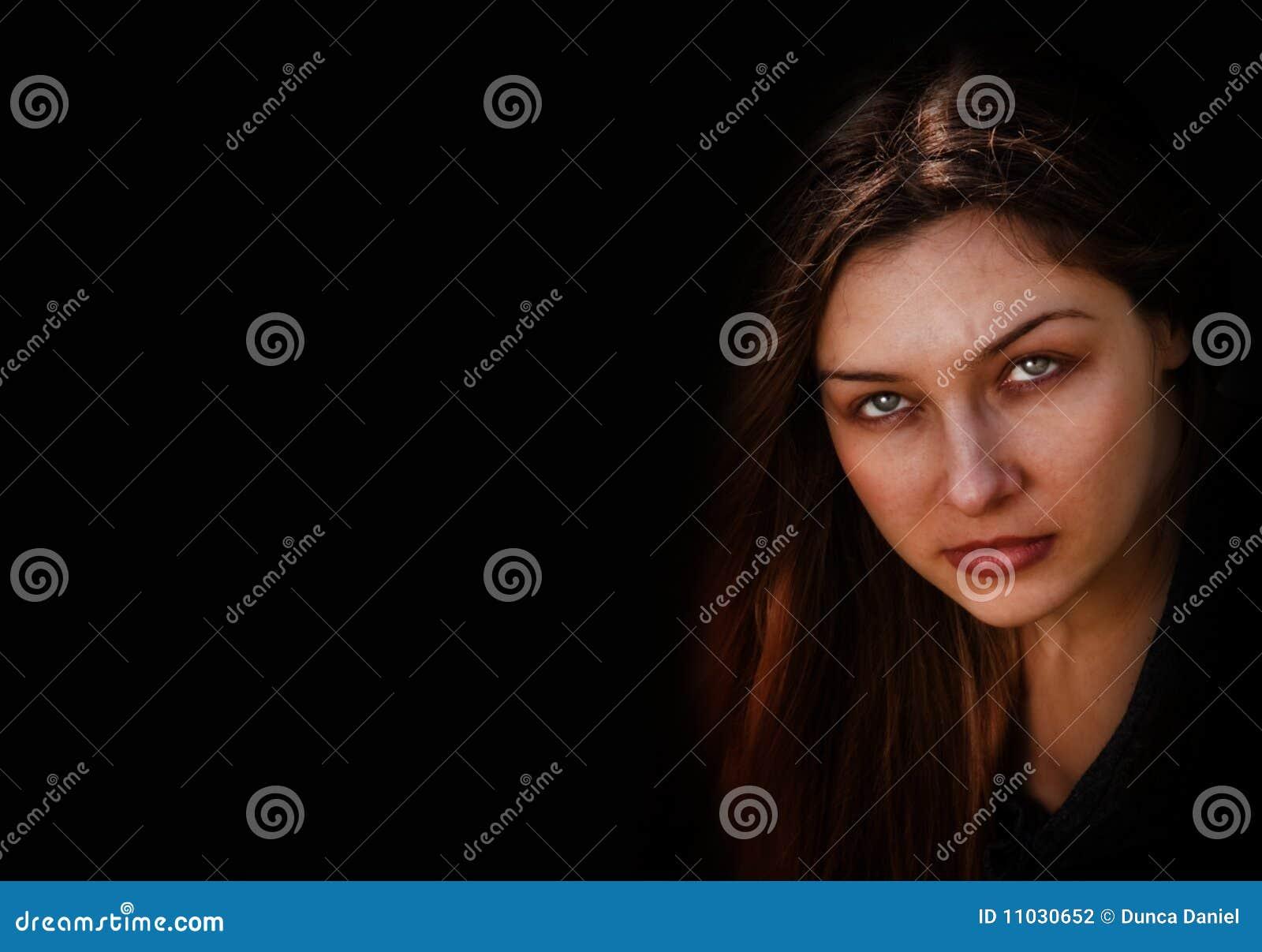 Cara de la mujer fantasmagórica oscura malvada
