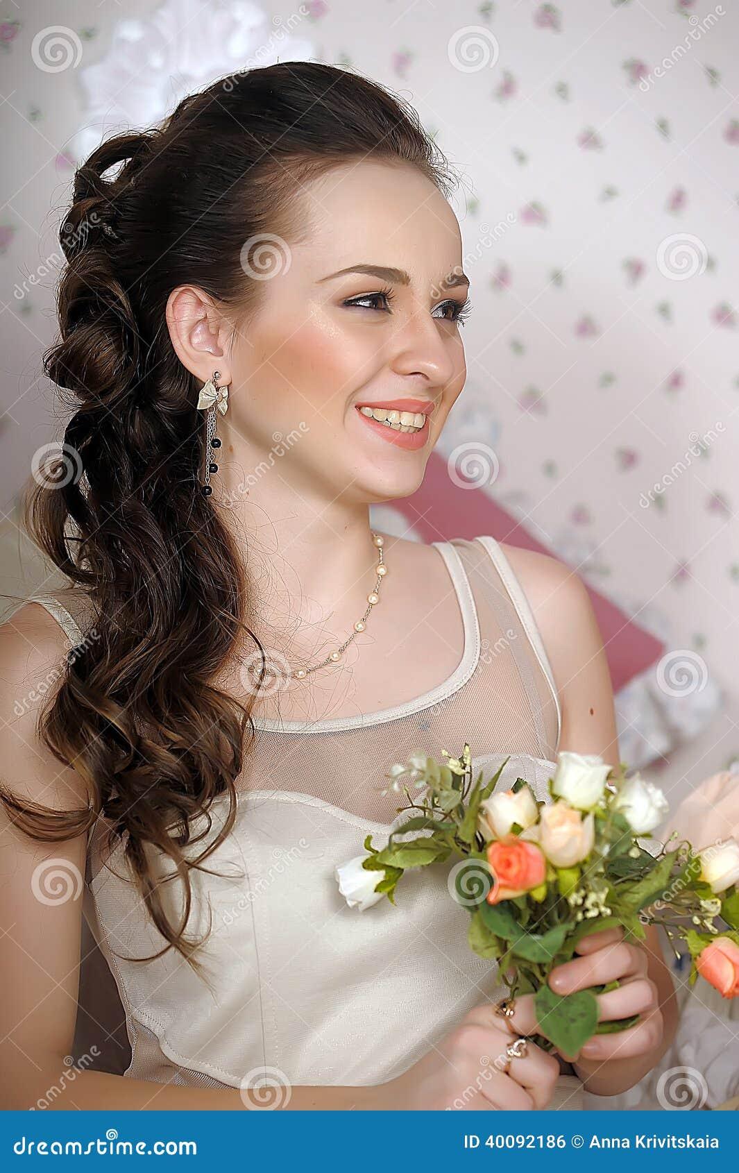 Cara de la mujer hermosa con el peinado de la moda