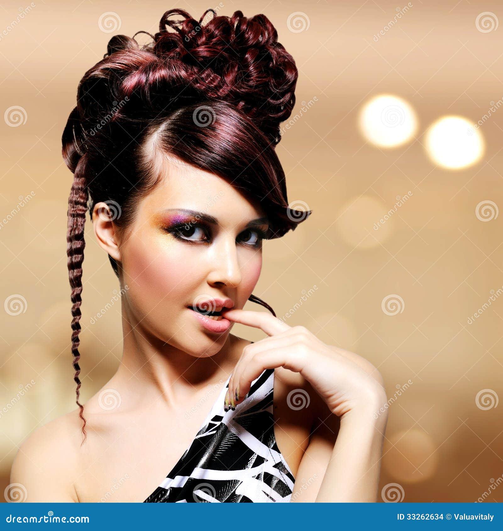 Cara de la mujer hermosa con el peinado de la moda y el makeu del encanto