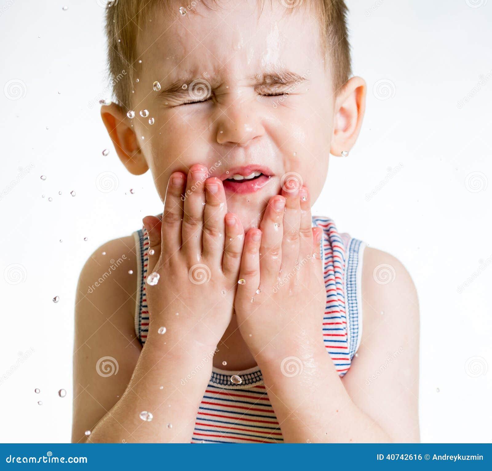 Cara de lavagem Squint da criança pequena