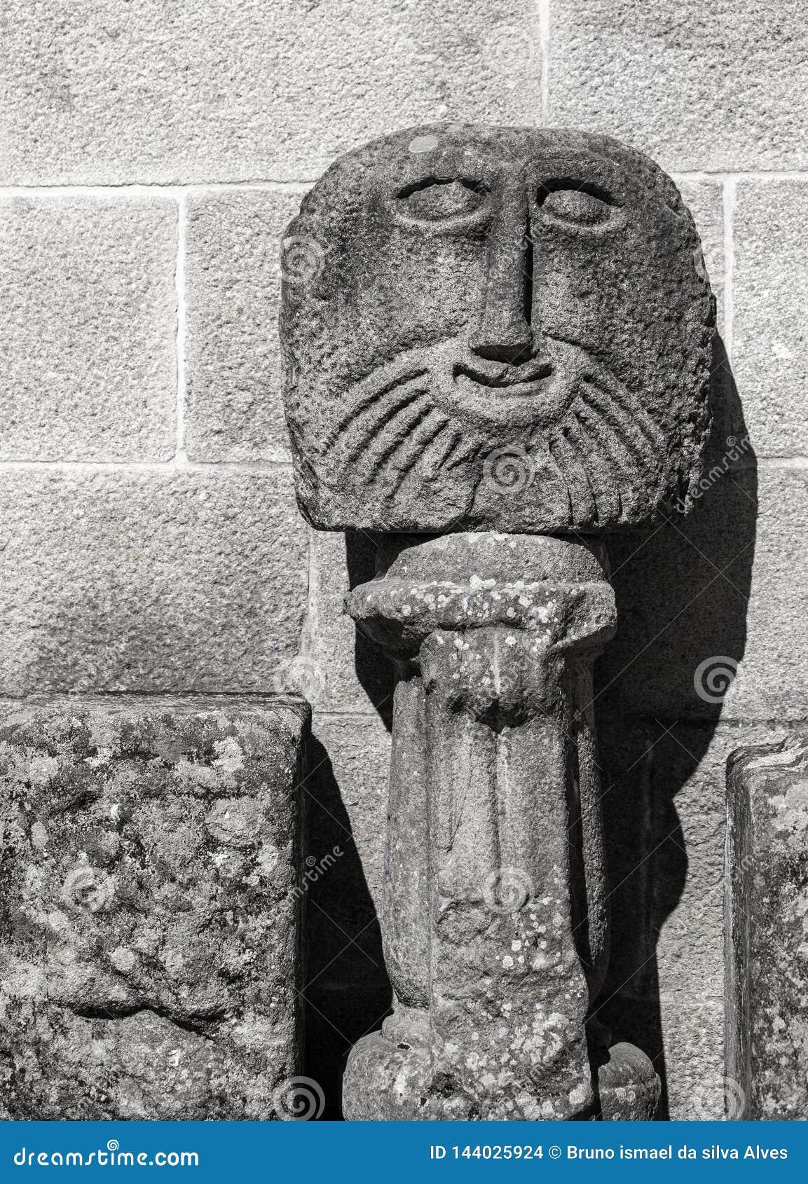 Cara de piedra antigua de la escultura, Braga