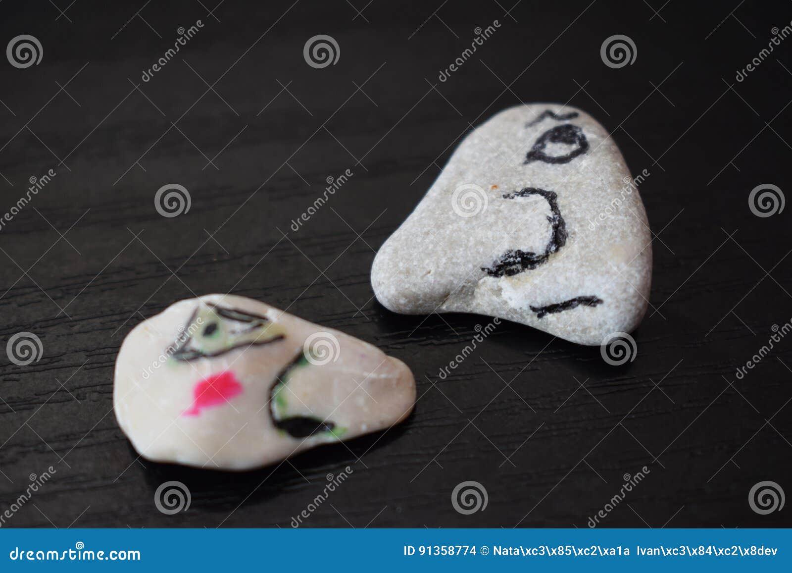 Cara de piedra, una hacia la otra