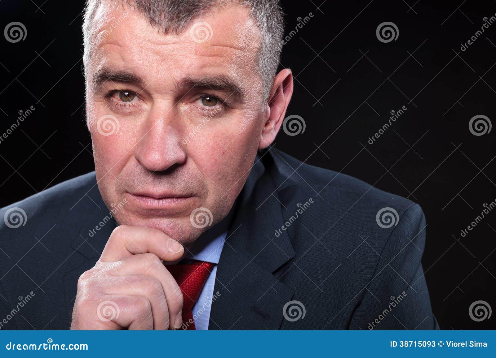 Cara de preguntarse serio del hombre de negocios maduros