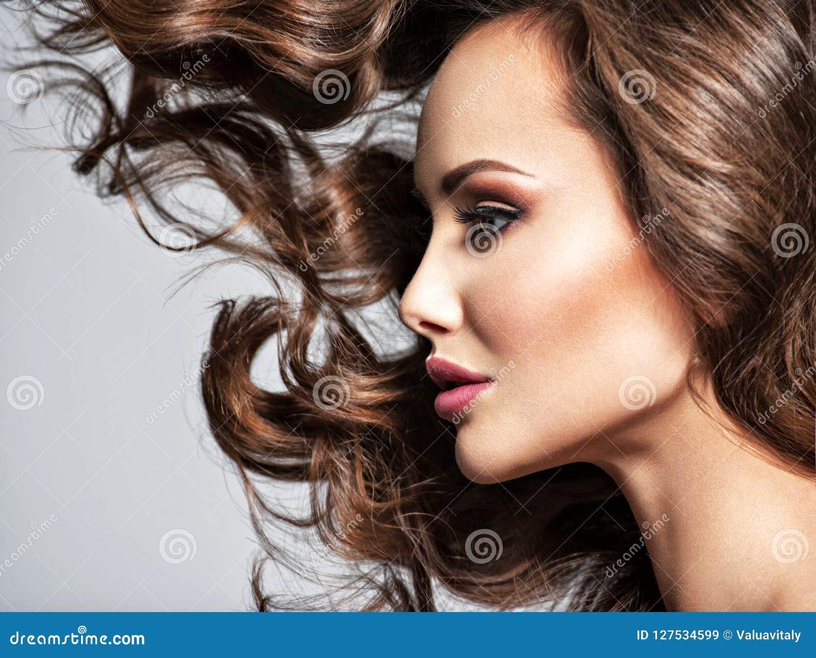 Cara de uma mulher bonita com cabelo longo do voo