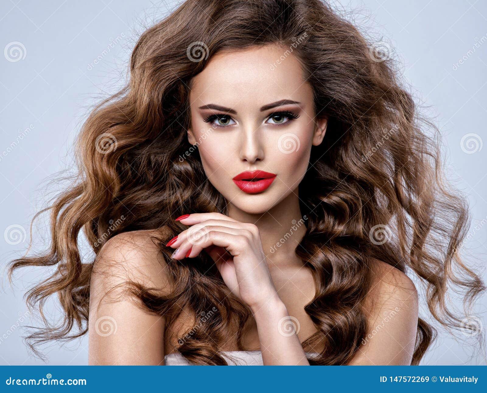 Cara de uma mulher bonita com cabelo marrom longo