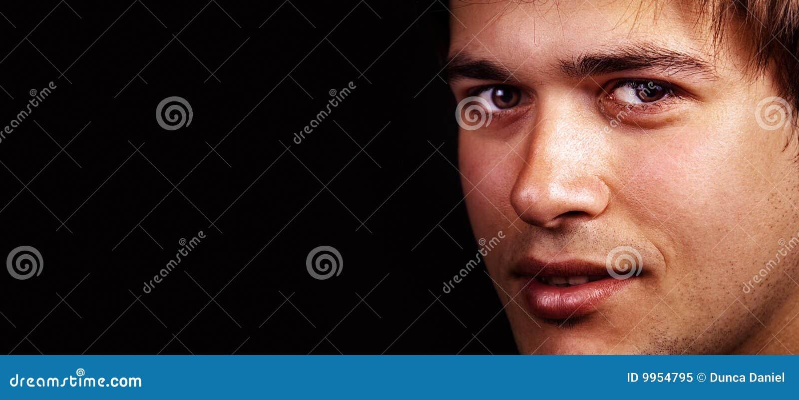 Cara de un hombre cómodo hermoso con el espacio de la copia