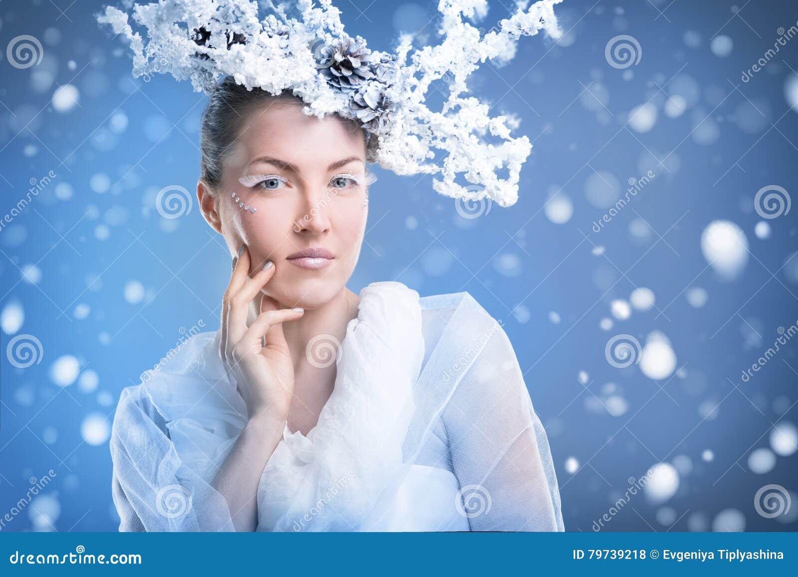 Cara de una mujer en un fondo nevoso
