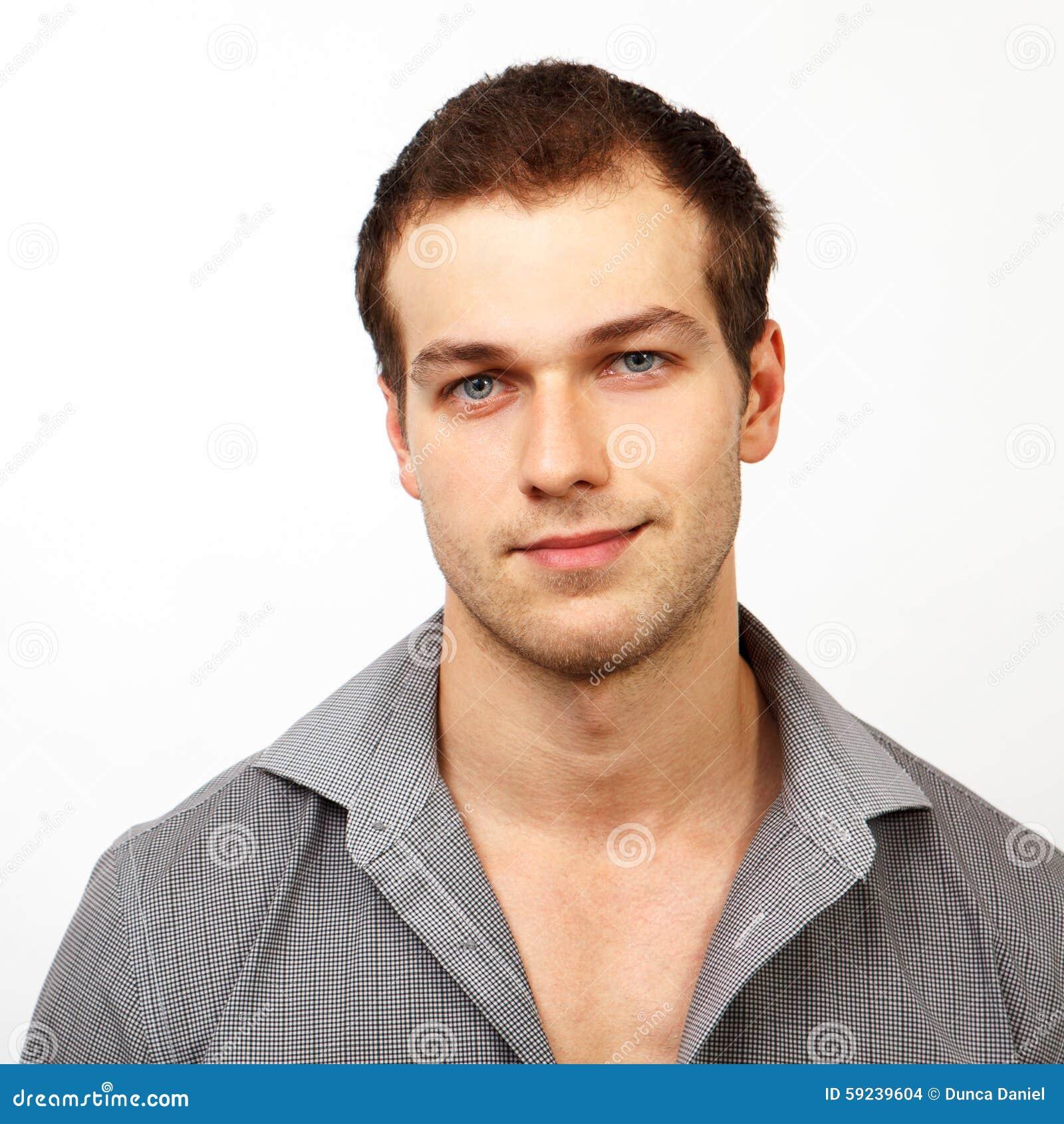 Cara del hombre amistoso joven con sonrisa agradable