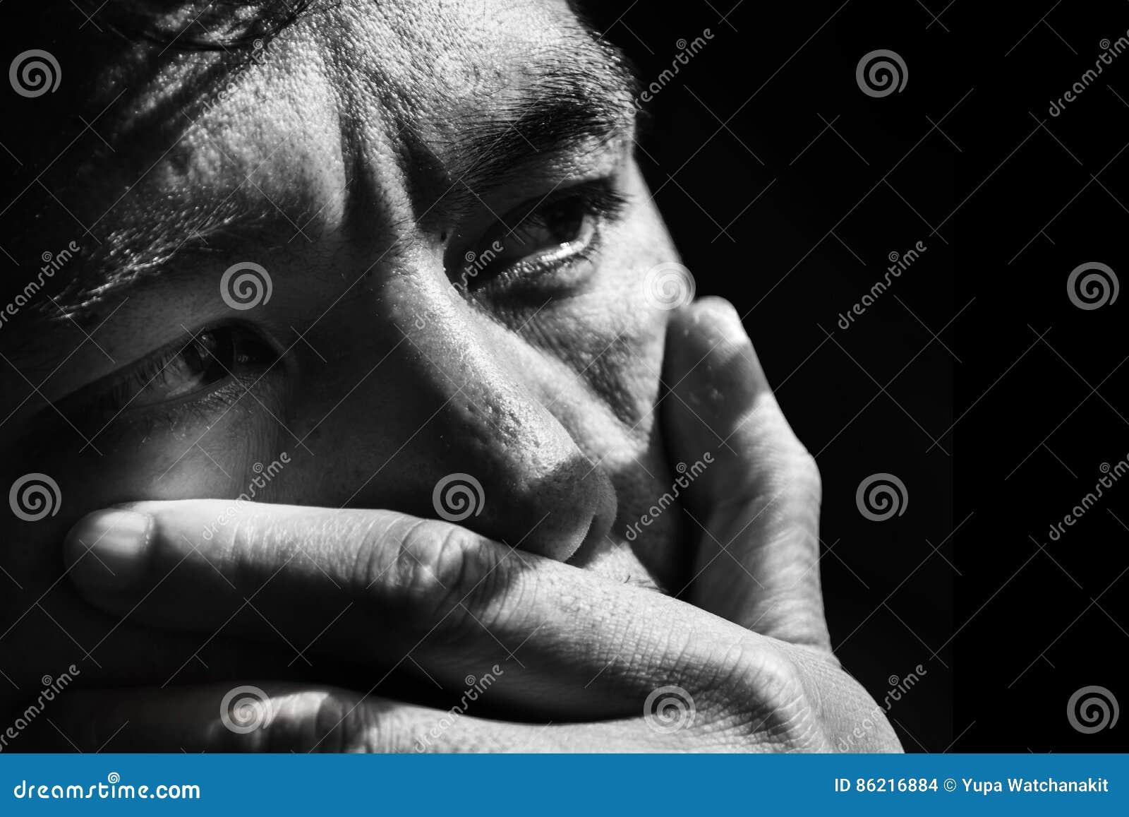Cara del hombre deprimido y desesperado en negro