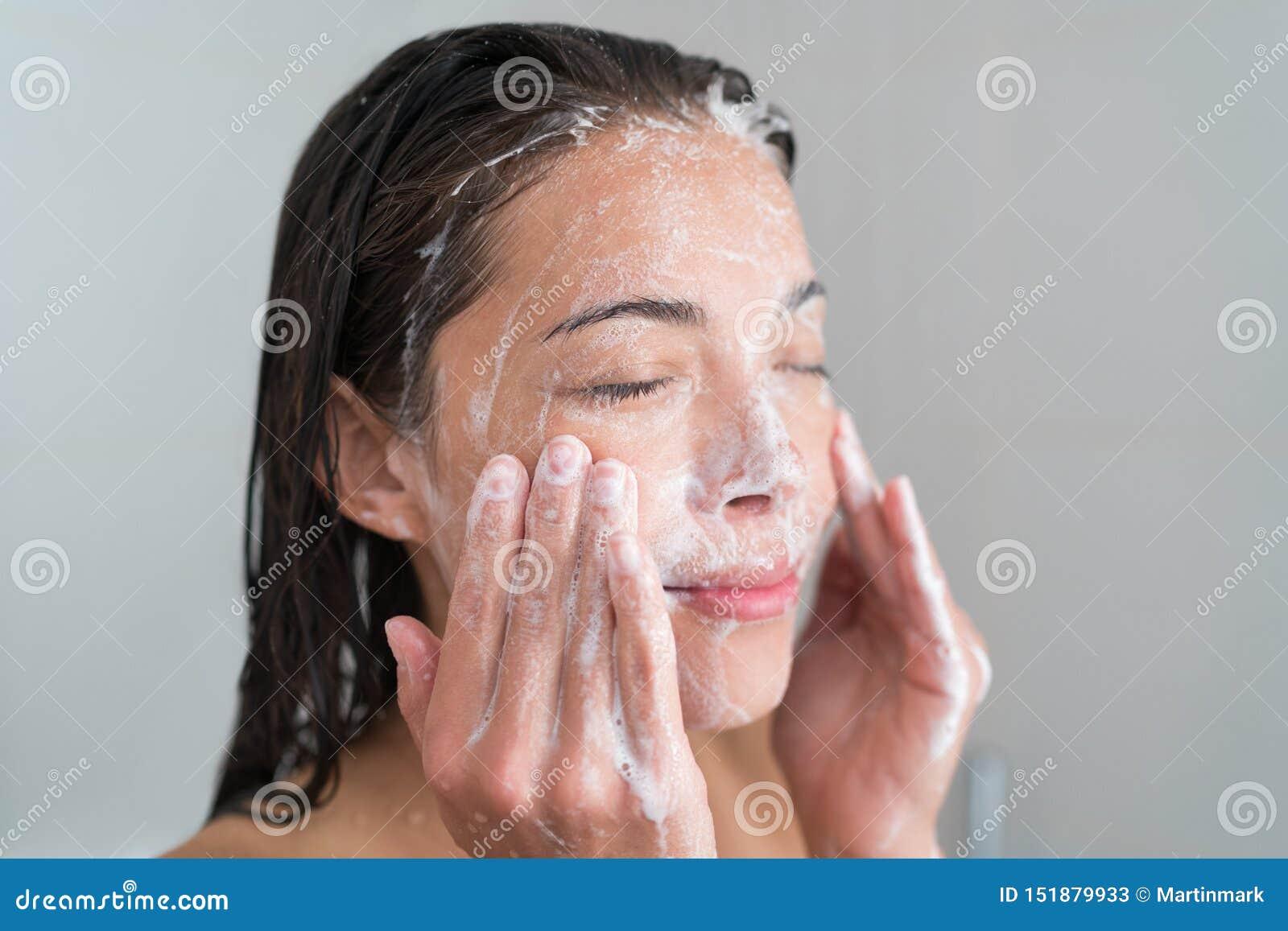 Cara del lavado de la mujer de Skincare en ducha