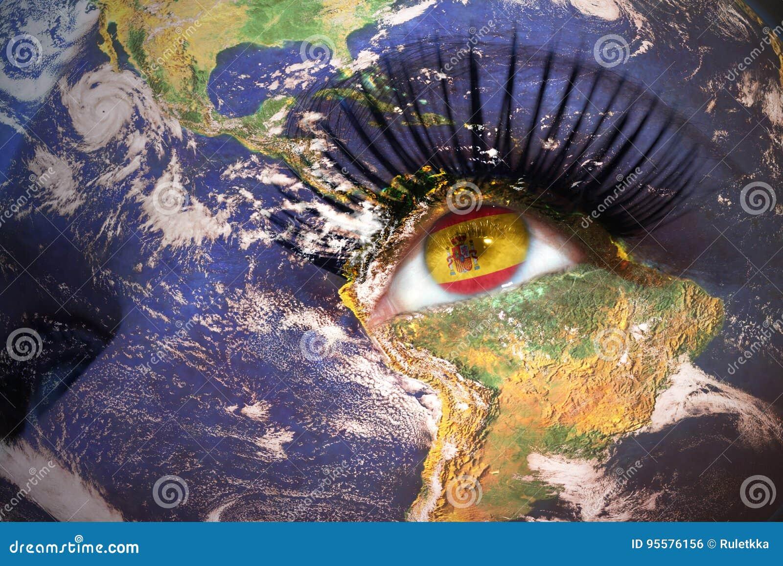 Cara del ` s de la mujer con textura de la tierra del planeta y bandera española dentro del ojo