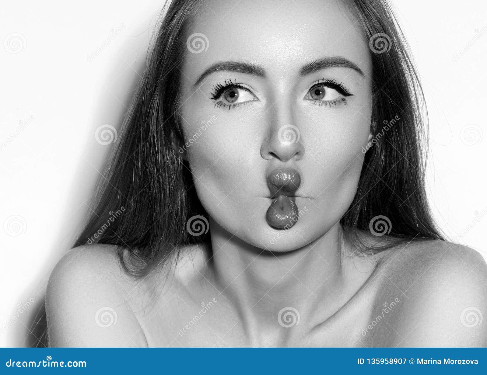 Cara divertida de los labios de los pescados con las emociones de Exprissive Modelo hermoso con Fishlips Foto blanco y negro de P