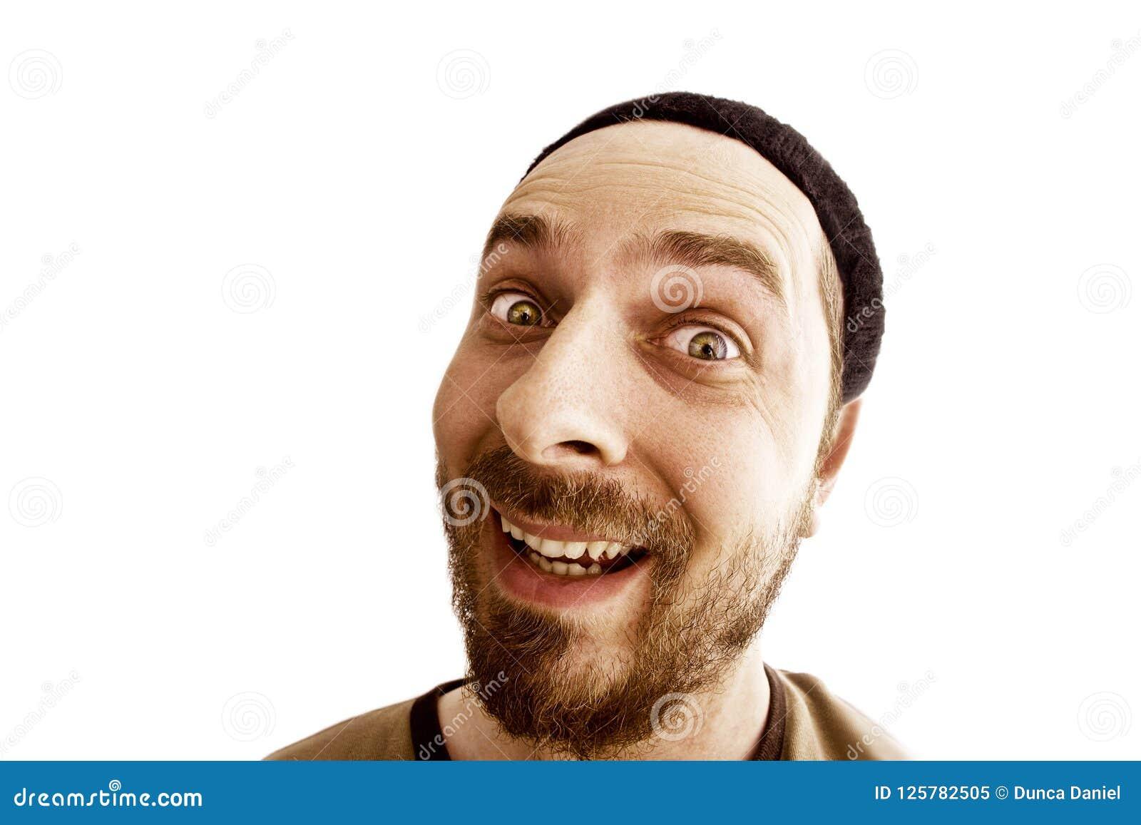 Cara divertida del hombre extraño alegre aislado en blanco