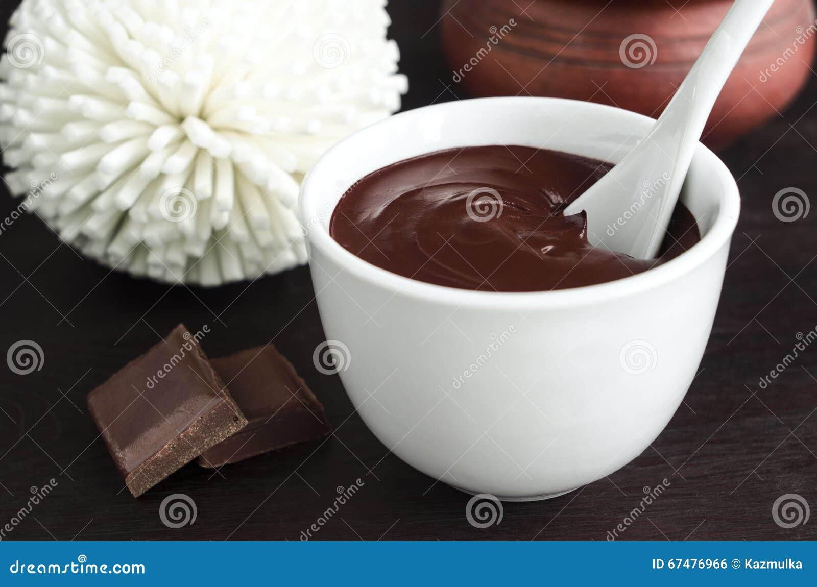 Cara do cacau (chocolate escuro) e máscara do corpo em uma bacia