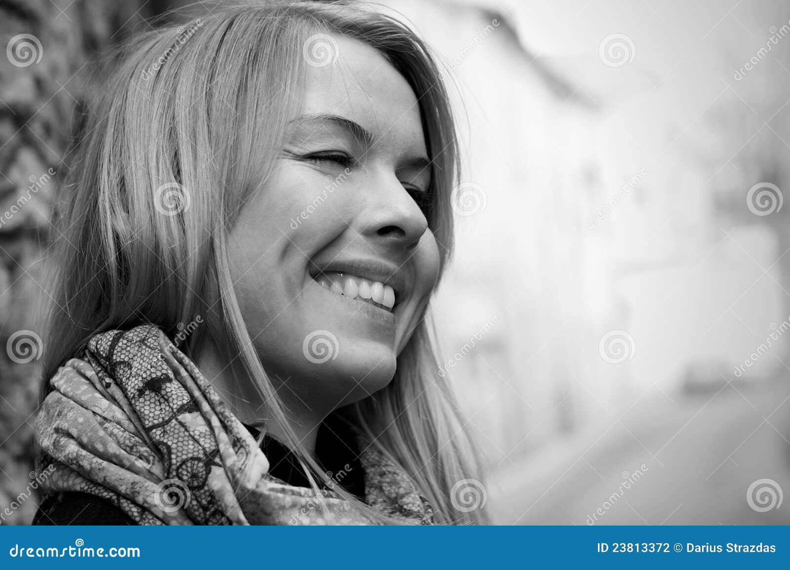 Cara encantadora sonriente de la mujer
