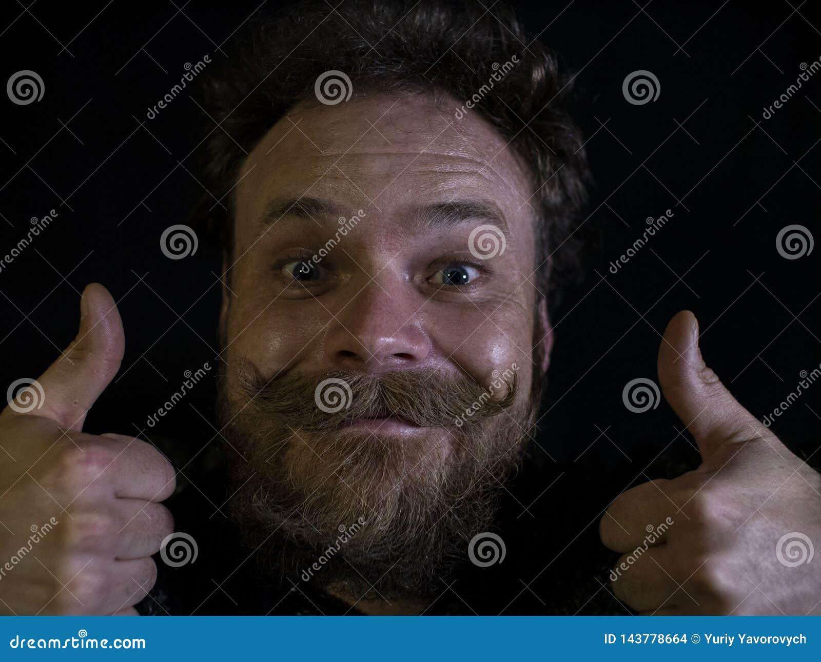 Cara engra?ada de um homem com um fim da barba e do bigode acima e mostrando os polegares acima
