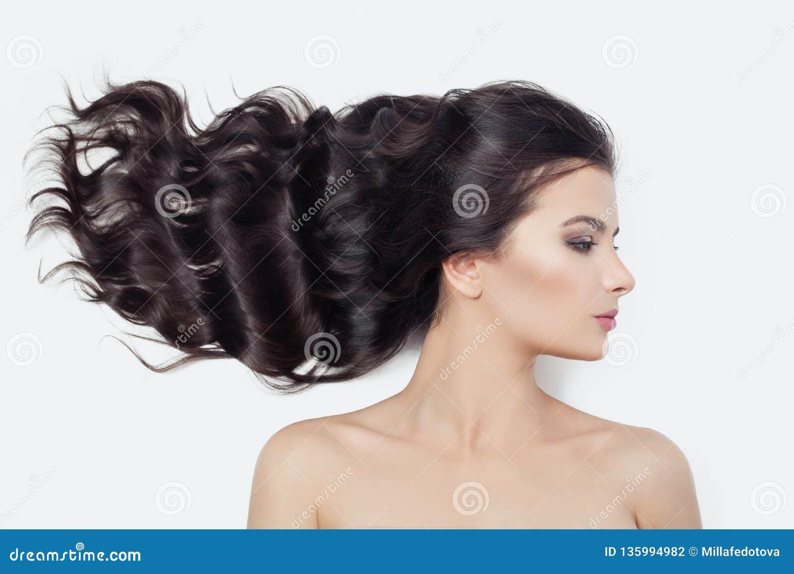 Cara femenina perfecta joven en blanco Mujer linda con soplar el pelo rizado, perfil
