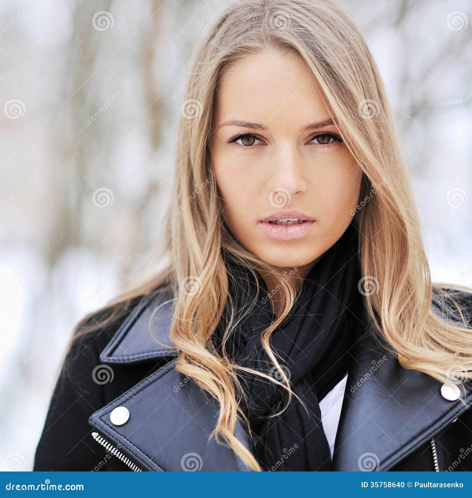 Cara hermosa de la muchacha - ascendente cercano