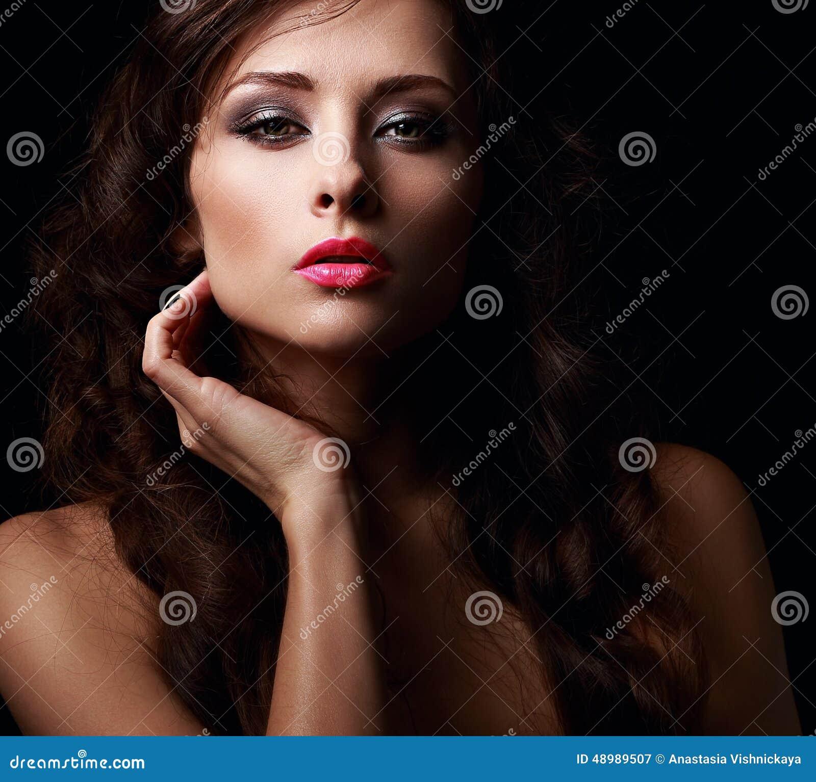 Cara hermosa de la mujer del misterio que se besa los labios de las rosas fuertes