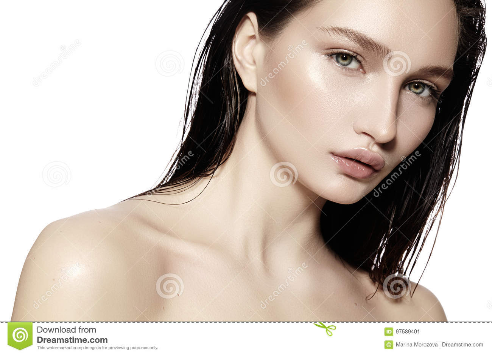 Cara hermosa de la mujer joven Skincare, salud, balneario Limpie la piel suave, mirada fresca Maquillaje diario natural, pelo moj
