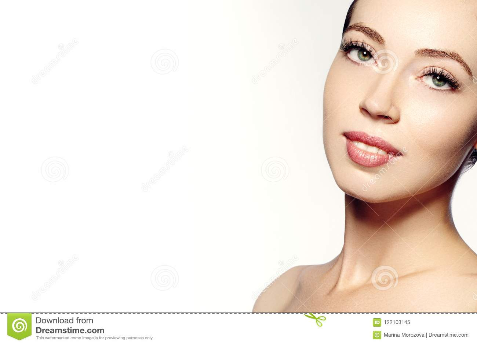 Cara hermosa de la mujer joven Skincare, salud, balneario Limpie la piel suave, mirada fresca sana Maquillaje diario natural