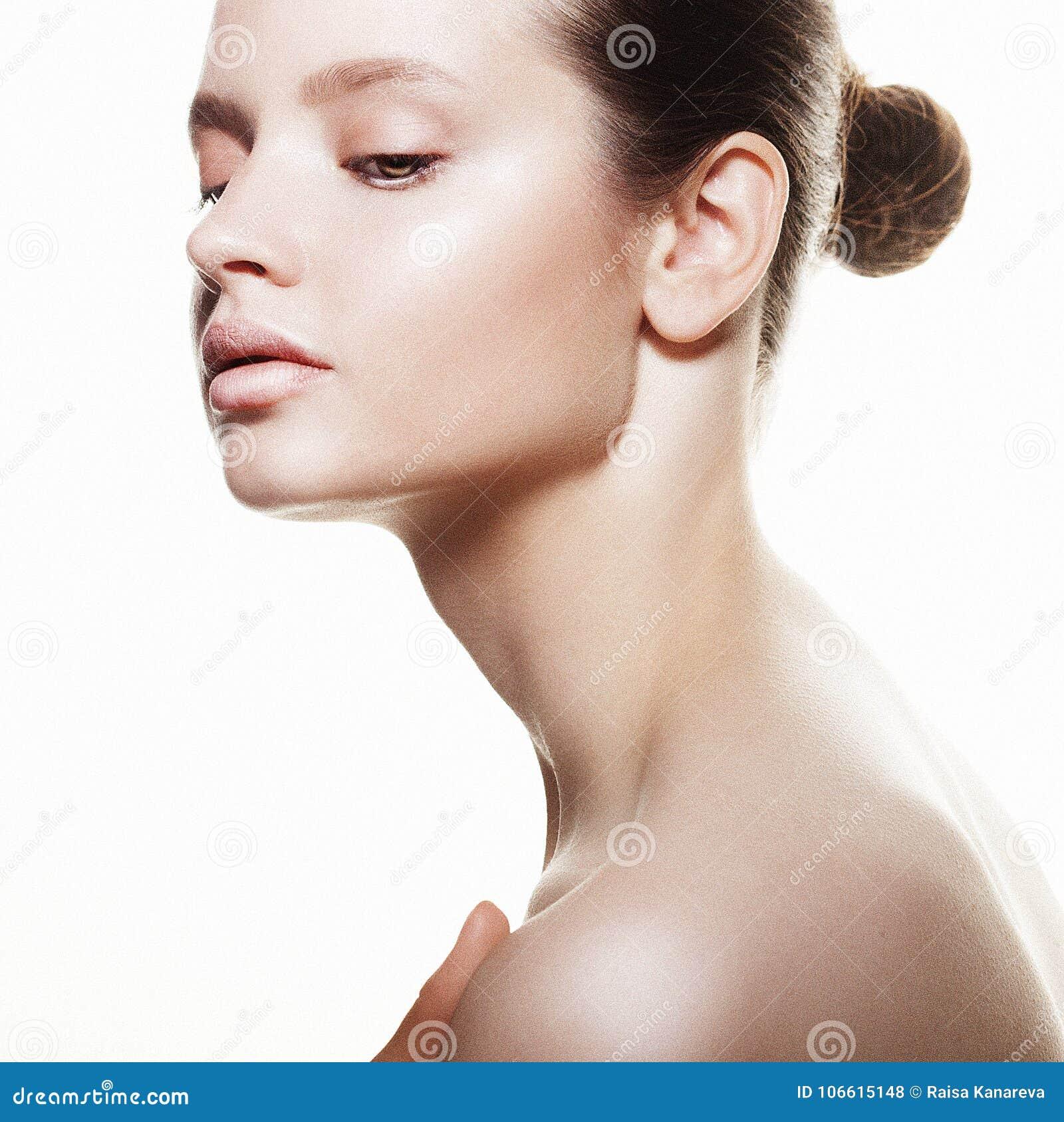 Cara hermosa de la mujer de la salud con la piel limpia de la pureza