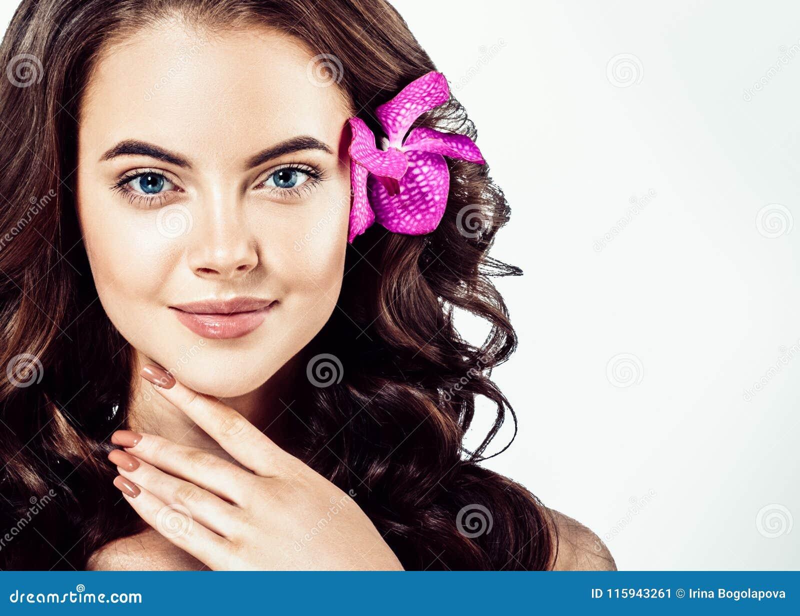 Cara hermosa del modelo de la mujer joven con Hea perfecto fresco limpio