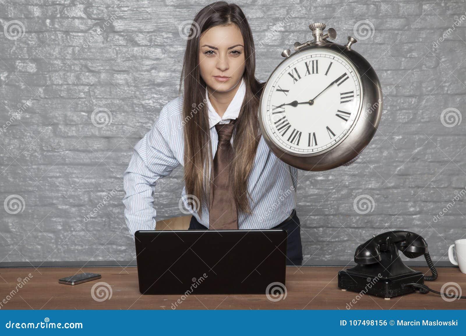 A cara irritada do ` s da mulher de negócio fala para se