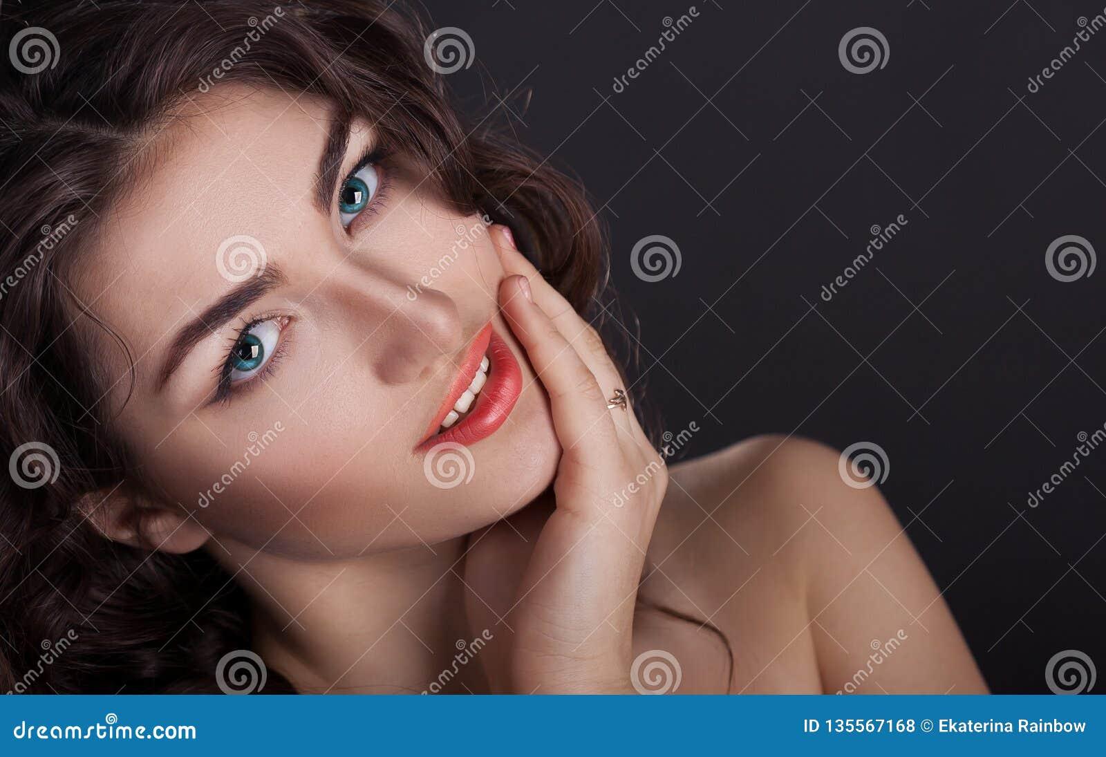 Cara, lentes de contato azuis, fundo preto, divertimento