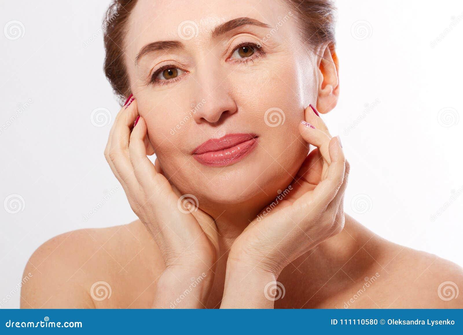 Cara mayor de la mujer del retrato macro Cuidado del balneario y de piel Colágeno y cirugía plástica Concepto antienvejecedor y d