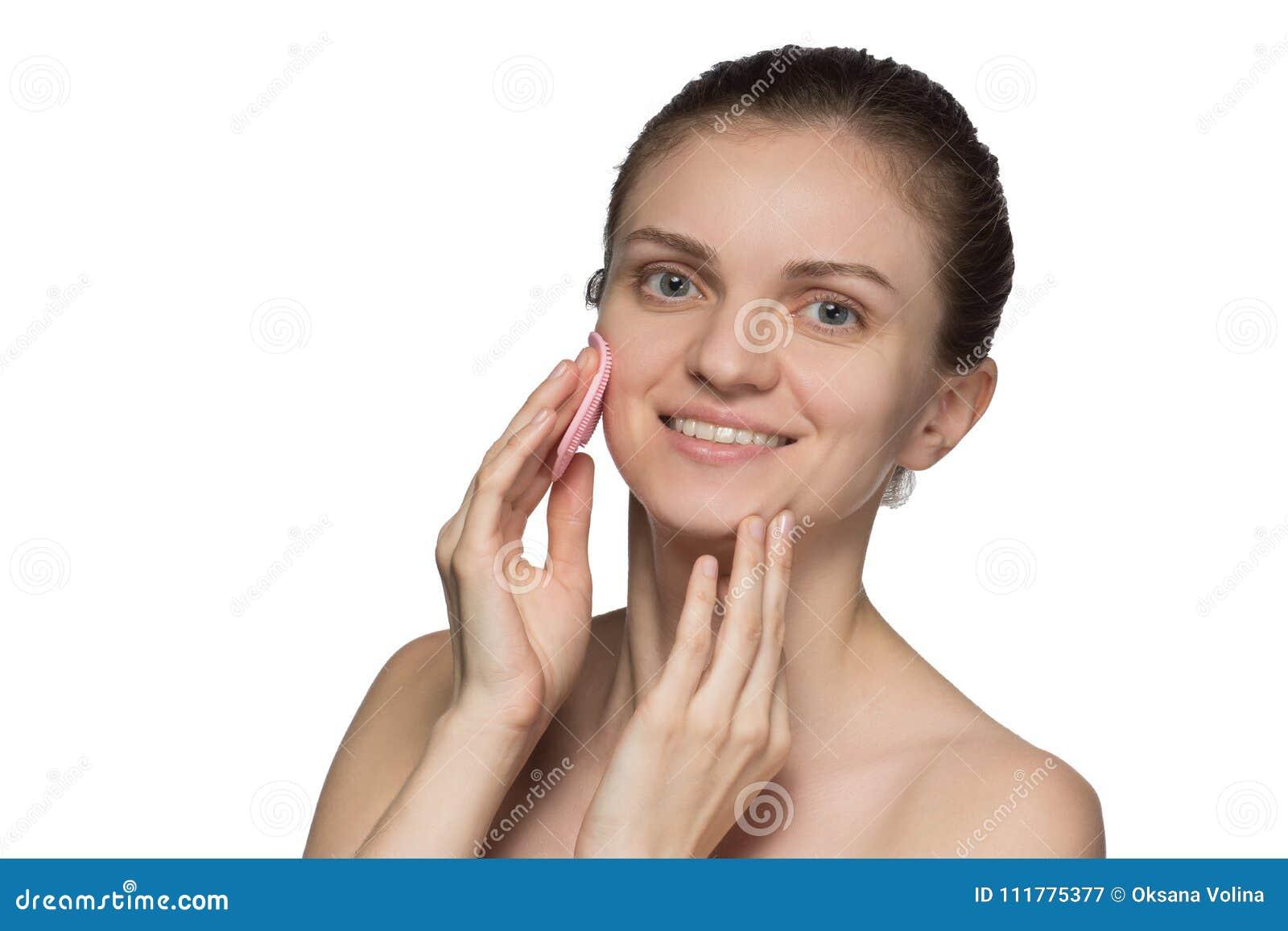 Cara modelo femenina joven hermosa y nariz sonrientes y de peladuras w