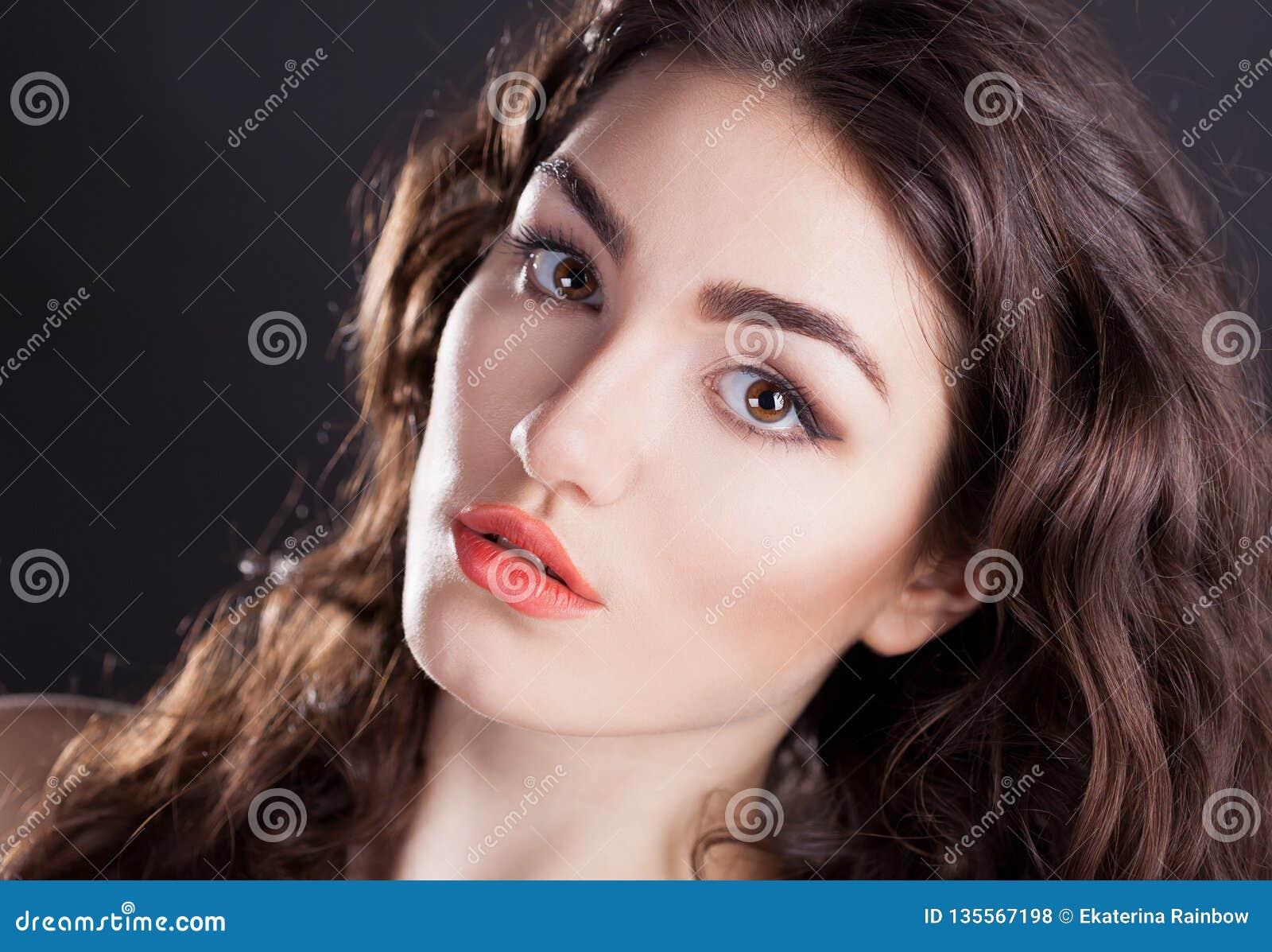 Cara, olhos marrons, fundo preto, sério