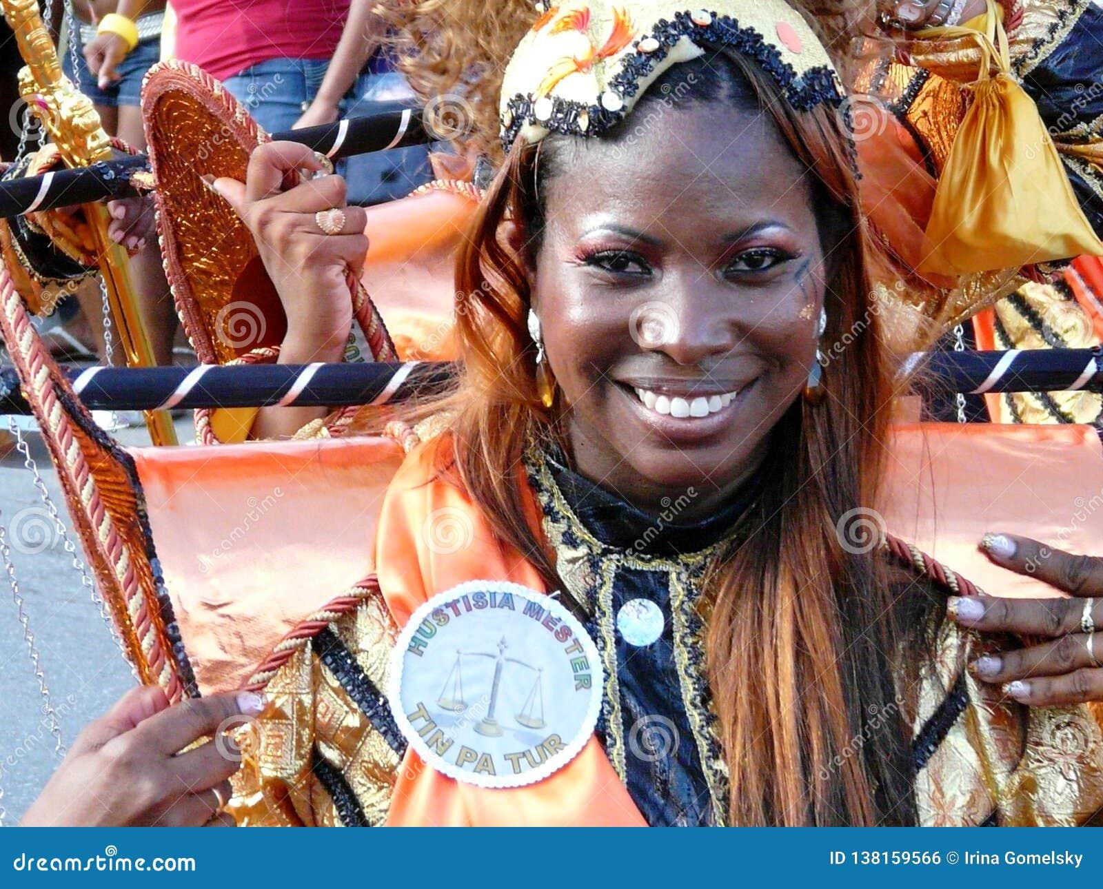 Cara sonriente hermosa del bailarín del carnaval en Curaçao 3 de febrero de 2008