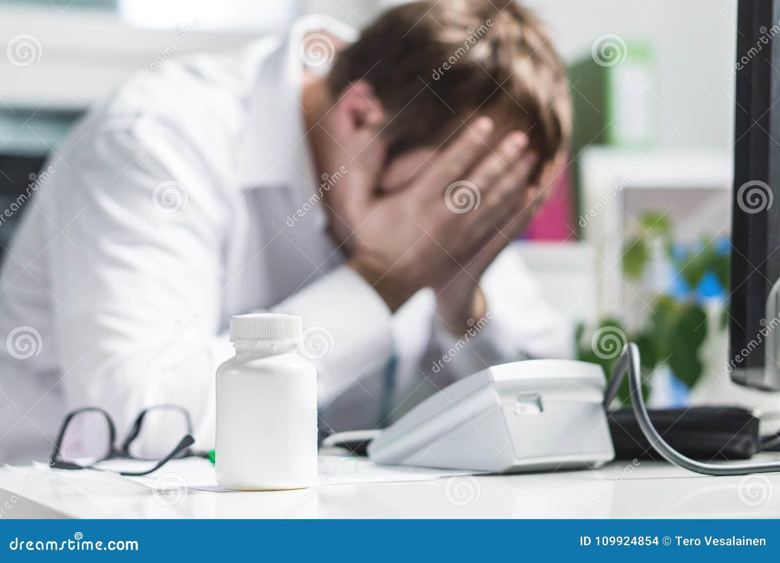 Cara subrayada de la cubierta del doctor bajo presión