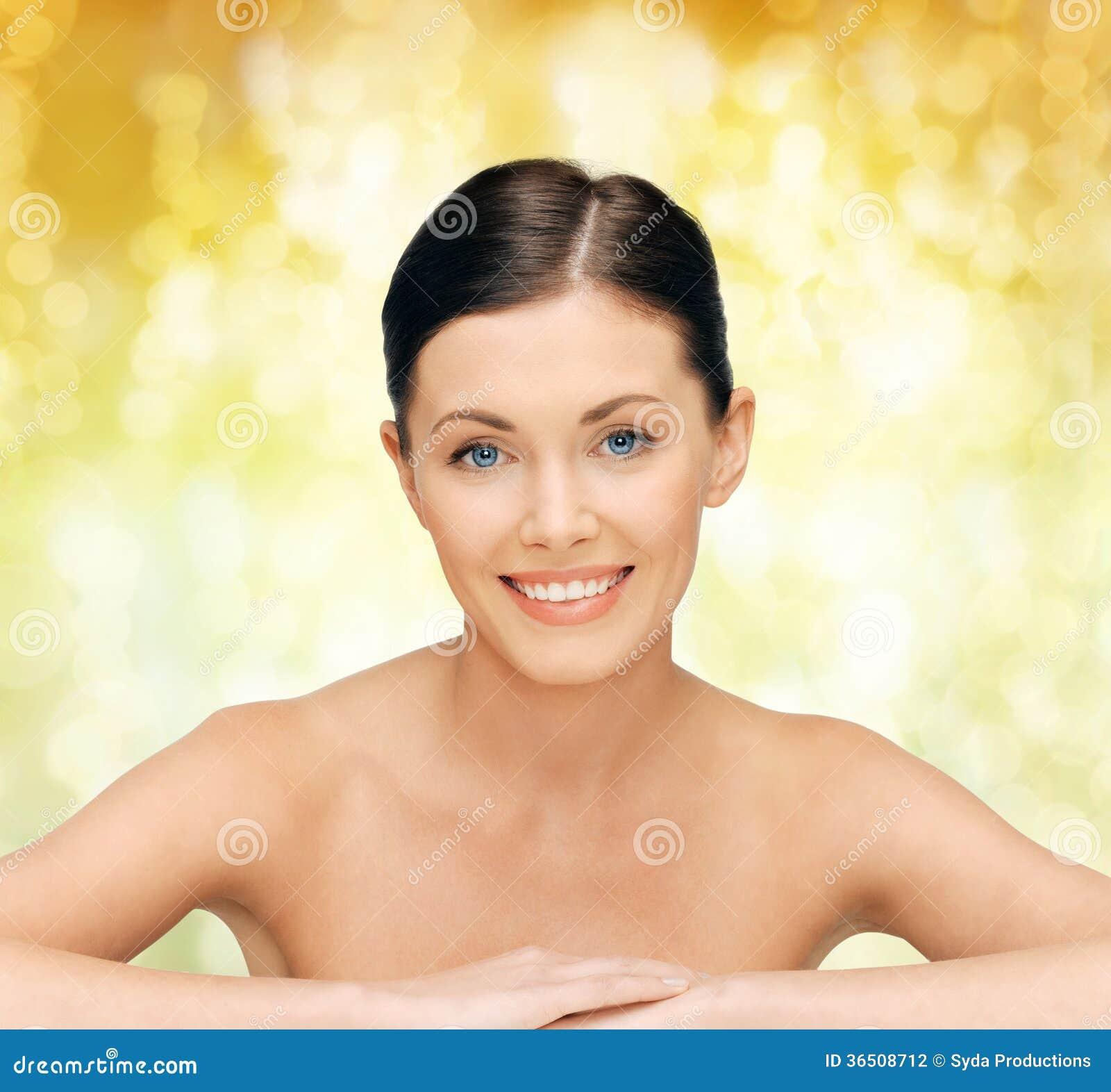 Cara y manos de la mujer hermosa