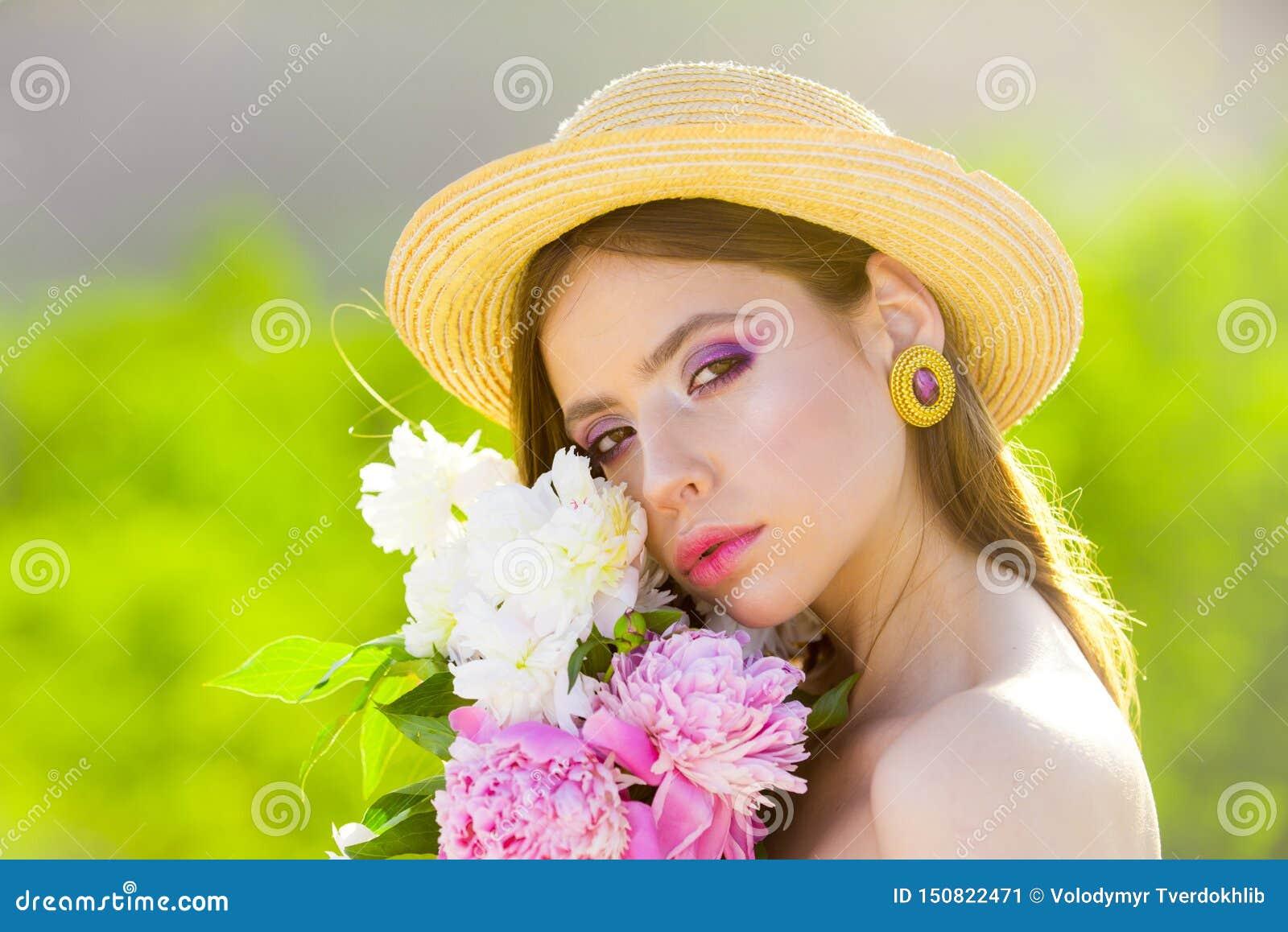 Cara y skincare viaje en verano Muchacha del verano con el pelo largo Mujer con maquillaje de la manera Mujer del resorte Primave