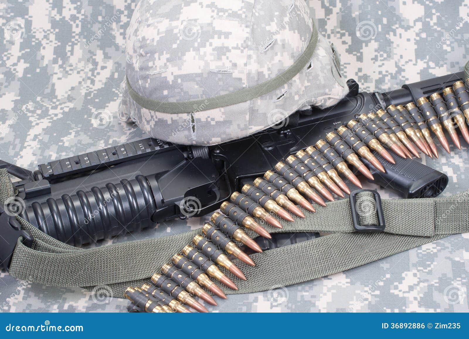 Download Carabina M4, Timone Del Kevlar E Uniforme Del Cammuffamento Dell'esercito Americano Fotografia Stock - Immagine di americano, macchina: 36892886