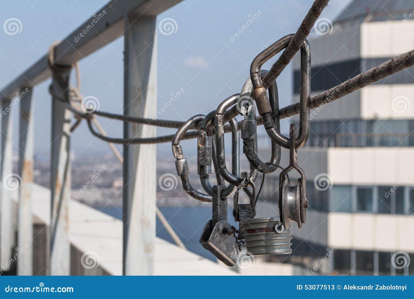 Carabinas y otros dispositivos de la herencia para el alpinismo industrial