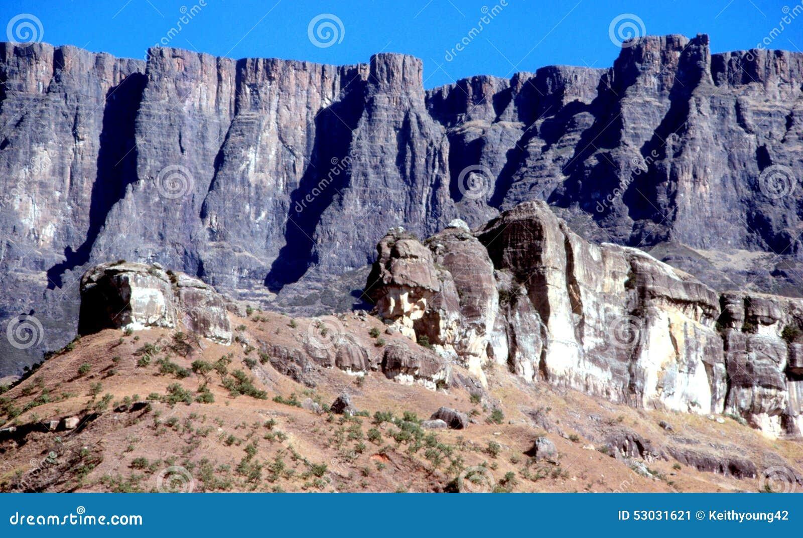 Característica del casco de la pared y del policía del anfiteatro de Drakensberg